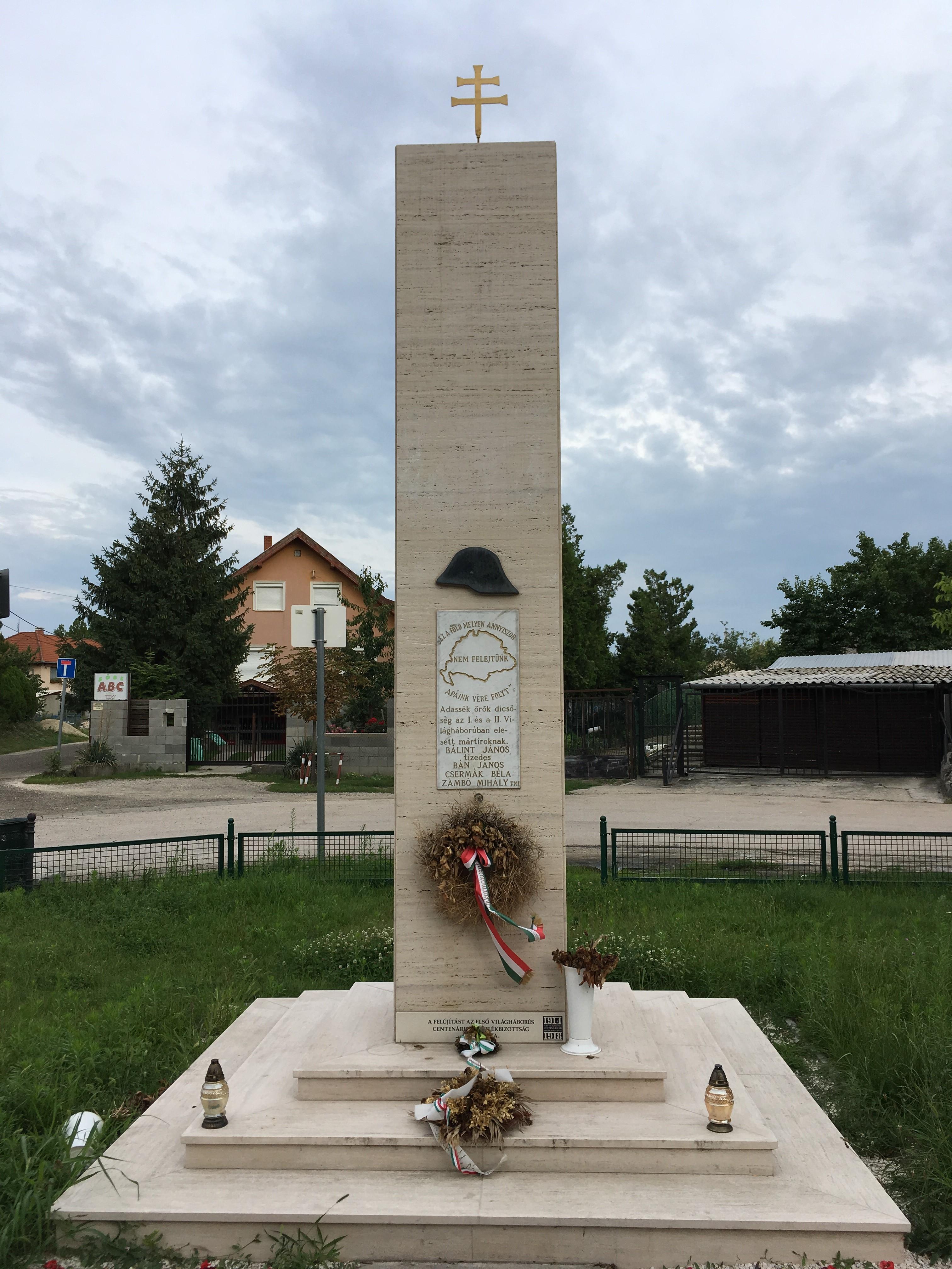 994ac0b477 A térkép felett egy rohamsisakot ábrázoló dombormű látható, alatta a két  világháború és a hős mártírok emlékének felidézésével. A pillér lábánál  lévő újabb ...